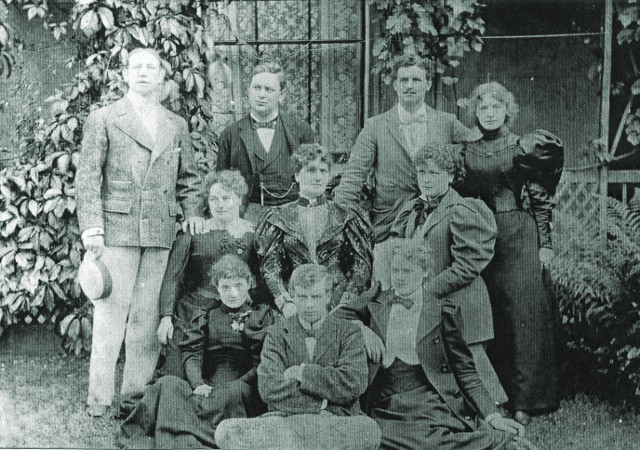 Belmore Family, Alice Cooke in the centre.